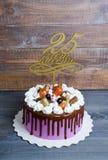 Dolce di anniversario di nozze con la decorazione del cioccolato e del merengue Fotografia Stock Libera da Diritti
