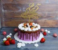 Dolce di anniversario di nozze con la decorazione del cioccolato e del merengue Fotografie Stock Libere da Diritti