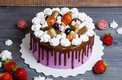 Dolce di anniversario di nozze con la decorazione del cioccolato e del merengue Fotografia Stock