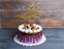 Dolce di anniversario di nozze con la decorazione del cioccolato e del merengue Immagine Stock Libera da Diritti