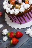 Dolce di anniversario di nozze con le fragole e il decorat del cioccolato Immagine Stock Libera da Diritti