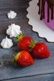 Dolce di anniversario di nozze con le fragole e il decorat del cioccolato Immagini Stock Libere da Diritti