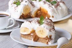 Dolce di banana e caffè inglese su un orizzontale bianco del primo piano del piatto Immagine Stock