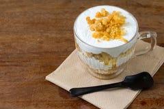Dolce di banana e caffè in tazza di vetro, dessert dolce Fotografia Stock Libera da Diritti