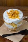 Dolce di banana e caffè in tazza di vetro, dessert dolce Fotografie Stock Libere da Diritti