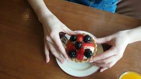 Dolce di Berrys in mani archivi video