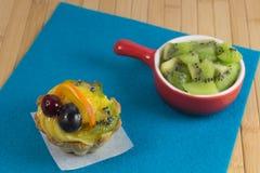 Dolce di biscotto al burro con frutta Kiwi in un piatto rosso Fotografia Stock Libera da Diritti