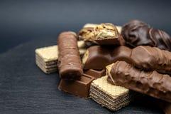 Dolce di Brown dei wafer del cioccolato di Candy su fondo nero fotografia stock libera da diritti