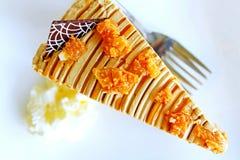 Dolce di caffè sul piatto bianco e forcella con panna montata sfuocatura molle, la vista superiore e la fine su Fotografie Stock