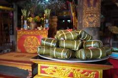 Dolce di Chung sull'altare nella casa comunale del vecchio villaggio Dolce di riso glutinoso quadrato cucinato, alimento lunare v Fotografia Stock