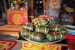 Dolce di Chung sull'altare nella casa comunale del vecchio villaggio Dolce di riso glutinoso quadrato cucinato, alimento lunare v Immagine Stock Libera da Diritti