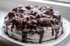 Dolce di cioccolato casalingo con il ` di rovine del ` s del conte del ` della panna acida Immagine Stock Libera da Diritti