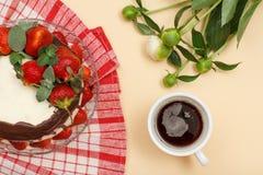 Dolce di cioccolato casalingo decorato con le fragole fresche sul gla immagini stock