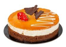 Dolce di cioccolato con caramello su superiore isolato Fotografia Stock