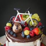 Dolce di cioccolato con frutta fresca Fotografie Stock