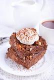 Dolce di cioccolato con i dadi e la panna montata Fotografia Stock