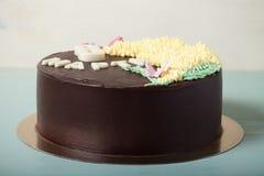 Dolce di cioccolato con iscrizione ` il ` dell'8 marzo su fondo leggero Fuoco selettivo modificato Immagine Stock