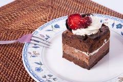 Dolce di cioccolato con la fragola e la forcella Immagini Stock