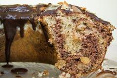 Dolce di cioccolato con la sgocciolatura del cioccolato dalla cima Fotografia Stock Libera da Diritti