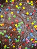 Dolce di cioccolato con le lenticchie colorate Fotografia Stock