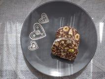 Dolce di cioccolato con le nocciole ed i pistacchi immagini stock