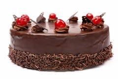 Dolce di cioccolato crema con le ciliege su fondo bianco Immagini Stock