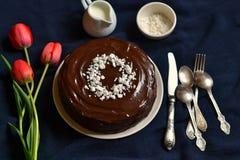 Dolce di cioccolato decorato con le briciole della meringa Fotografie Stock Libere da Diritti
