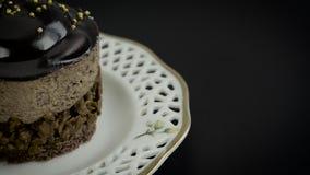 Dolce di cioccolato delizioso che gira sul nero archivi video