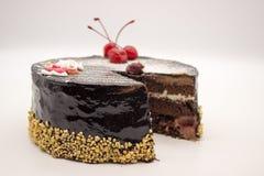 Dolce di cioccolato delizioso, ciliege decorate e zucchero Santa e dadi croccanti, isolati su un fondo bianco Dolce con una copia immagine stock
