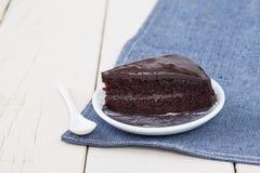 Dolce di cioccolato fondente sul piatto bianco sulla tavola di legno Fotografie Stock Libere da Diritti