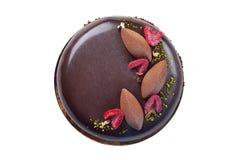 Dolce di cioccolato operato con i lamponi decorati con argento e Immagini Stock