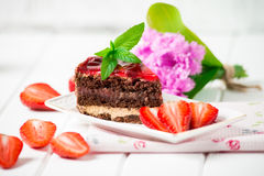 Dolce di cioccolato saporito con le bacche sulla fine della tavola su, dolce di cioccolato, cioccolato Immagini Stock