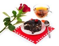 Dolce di cioccolato, tè caldo e rosa rossa Fotografia Stock Libera da Diritti