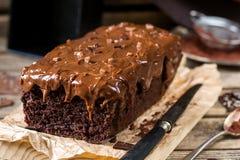 Dolce di cioccolato umido con la glassa della guarnizione del cioccolato al latte immagine stock