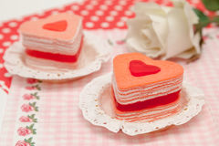 Dolce di crêpe di forma del cuore per il giorno del ` s del biglietto di S. Valentino Immagine Stock Libera da Diritti