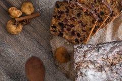 Dolce di Cristmas di frutti sulla tavola di legno di marrone scuro Cannella, anice stellato e fichi fotografie stock
