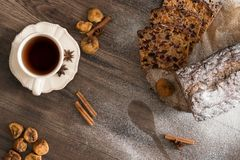 Dolce di Cristmas di frutti sulla tavola di legno di marrone scuro Cannella, anice stellato, fichi e tazza di tè immagini stock libere da diritti