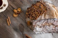 Dolce di Cristmas di frutti sulla tavola di legno di marrone scuro Cannella, anice stellato, fichi e tazza di tè fotografia stock libera da diritti