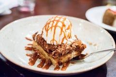Dolce di frutta e scones con gelato alla vaniglia Fotografia Stock