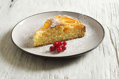 Dolce di miele con le albicocche, torta dell'albicocca Immagini Stock