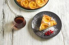 Dolce di miele con le albicocche, torta dell'albicocca Fotografia Stock Libera da Diritti