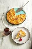 Dolce di miele con le albicocche, torta dell'albicocca immagine stock libera da diritti