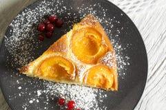 Dolce di miele con le albicocche, torta dell'albicocca Immagini Stock Libere da Diritti