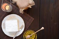 Dolce di miele con vaniglia e panna montata Immagini Stock