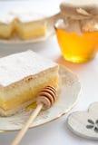 Dolce di miele con vaniglia e panna montata Immagine Stock
