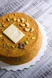 Dolce di miele delicato delizioso con la decorazione della cioccolata bianca Fotografia Stock