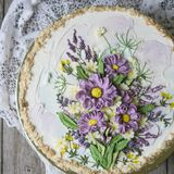 Dolce di millefoglie con la crema della vaniglia, decorata con i fiori del buttercream Stile dell'annata Fondo di legno, tovaglio fotografia stock libera da diritti