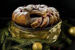 Dolce di Natale con i mirtilli rossi e le noci Fotografie Stock