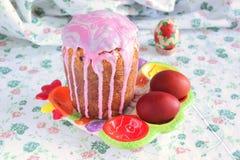Dolce di Pasqua con glassa, panetonne, uova, Pasqua Fotografie Stock Libere da Diritti