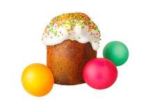 Dolce di Pasqua con il cappuccio bianco di glassa e di polvere colorata, uova di Pasqua dipinte isolate su fondo bianco tradizion Fotografie Stock Libere da Diritti